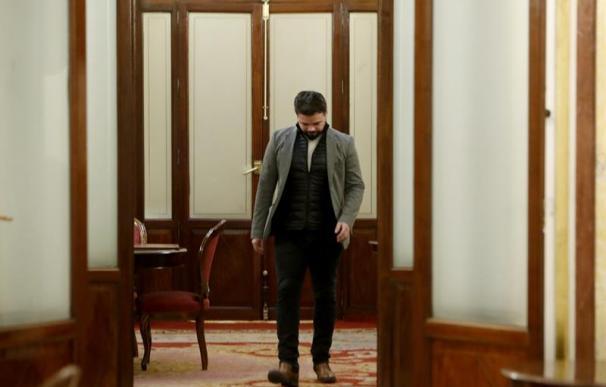 Fotografía de Gabriel Rufián, a la salida del despacho de Ana Pastor