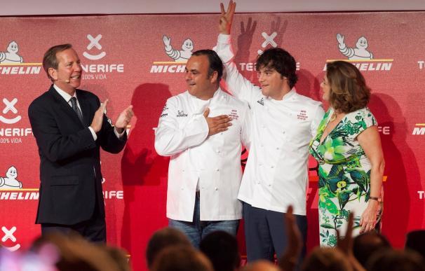 El director internacional de la Guía Michelin, Michael Ellis (i), junto a los cocineros Ángel León (c) y Jordi Cruz (2ºd), que obtuvieron su tercera estrella Michelin durante la gala Michelin para España y Portugal celebrada en el hotel Abama de Tenerife.