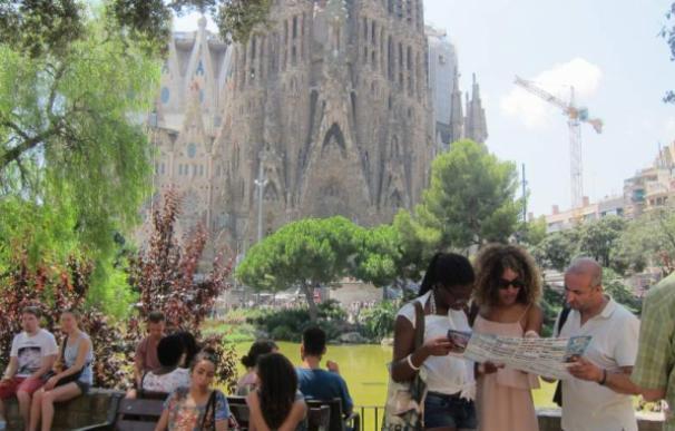 El turismo, como el que visita la Sagrada Familia de Barcelona, es el principal generador de empleo/ EFE
