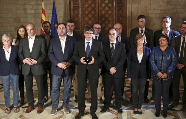 Puigdemont y su Govern destituido en el Palau de la Generalitat.