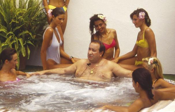 Jesús Gil en su famoso 'jacuzzi' del programa de Telecinco.