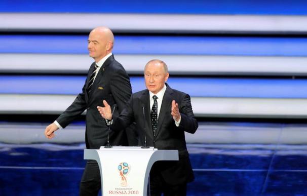 El presidente de la FIFA Gianni Infantino (izda) y el presidente ruso Vladimir Putin, participan en el sorteo del Mundial de Rusia 2018