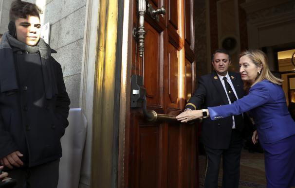 La presidenta del Congreso, Ana Pastor, abre la puerta de la cámara baja.