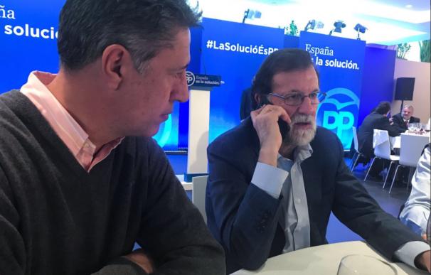 Rajoy llama a Cristina, una catalana atacada por colgar una bandera de España