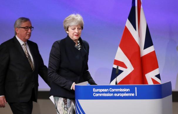 La primera ministra británica, Theresa May (i), y el presidente de la Comisión Europea, Jean Claude Juncker el pasado 4 de diciembre / Efe