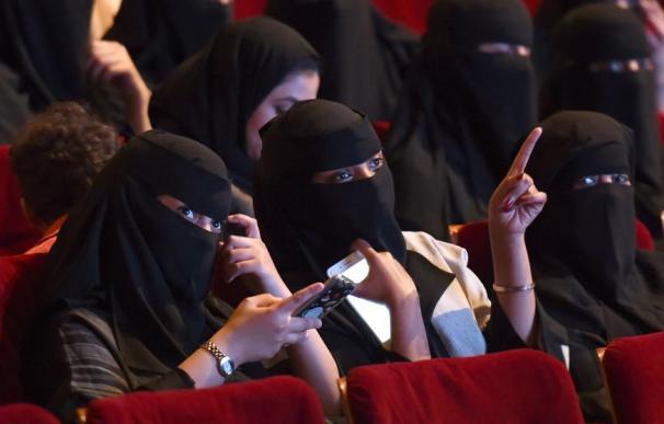 Mujeres en un cine en Riad.