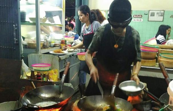 Fotografía de Raan Jae Fai, cocinera callejera que ha recibido una estrella Michelin en Bangkok.