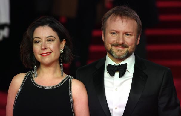 El director y guionista estadounidense Rian Johnson (dcha), y su mujer Karina Longworth