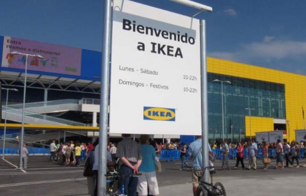 Clientes en la puerta de una de las sedes de Ikea, en Madrid.