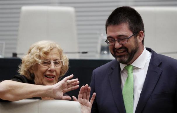 La acaldesa de Madrid, Manuela Carmena, y el hasta ahora concejal Carlos Sánchez Mato
