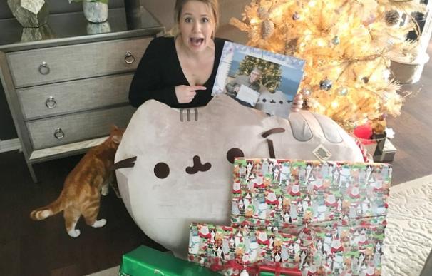 La usuaria de Reddit, con sus regalos.