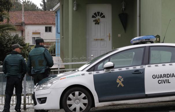 Agentes de la Guardia Civil registran en Rianxo (A Coruña) la vivienda del hombre que ha sido detenido por un intento de secuestro y agresión sexual en la localidad de Boiro hace unos días y que figura en la lista de sospechosos de la desaparición de Dian