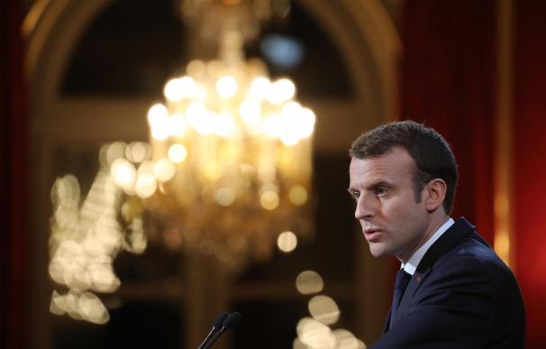 El presidente francés, Emmanuel Macron, pronuncia el discurso de felicitación de Año Nuevo hoy, miércoles 3 de enero de 2018, en el Palacio del Eliseo, en París (Francia). EFE/Ludovic Marin