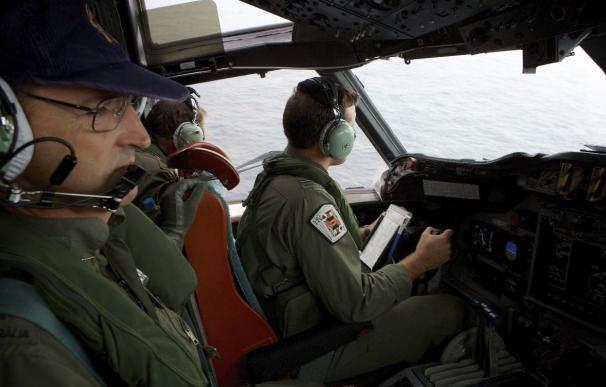 El copiloto de la Fuerza Aérea Real Australiana (RAAF) Marc Smith (dcha) realiza una maniobra en la operación de búsqueda del vuelo MH370. Foto: EFE