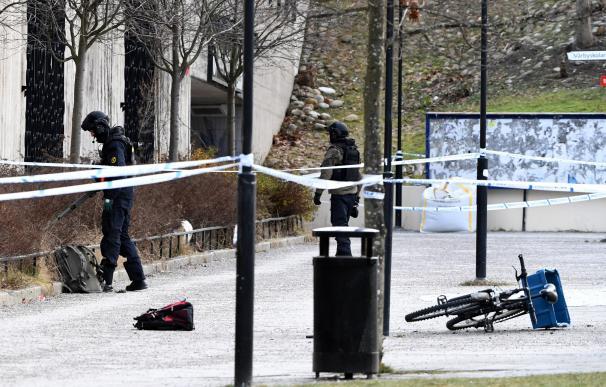 La policía acordona la zona en la que se produjo la explosión a la entrada de una estación de Metro de Estocolmo (EFE/EPA/Henrik Montgomery)