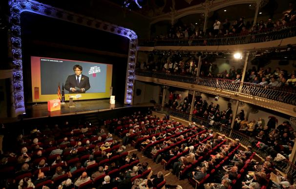 El candidato número uno de Junts per Catalunya (JxCat), Carles Puigdemont, interviene por videoconferencia desde Bruselas (EFE/Susanna Sáez)