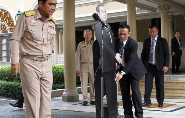 Fotografía de la figura de cartón del jefe de la junta militar de Tailandia.