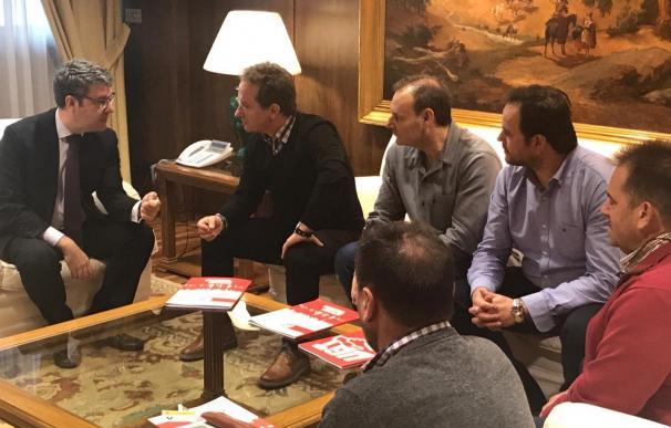 Álvaro Nadal (izquierda), en la reunión con representantes de UGT.