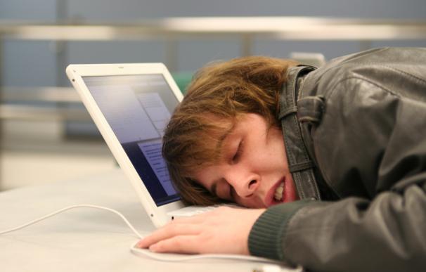 Fotografía de un hombre durmiendo en el trabajo.