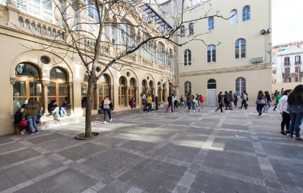 Fotografía del patio de la escuela Vedruna de Barcelona.