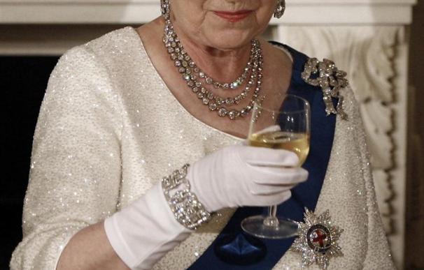 El 76% de los británicos quieren que la reina Isabel II muera con la corona puesta