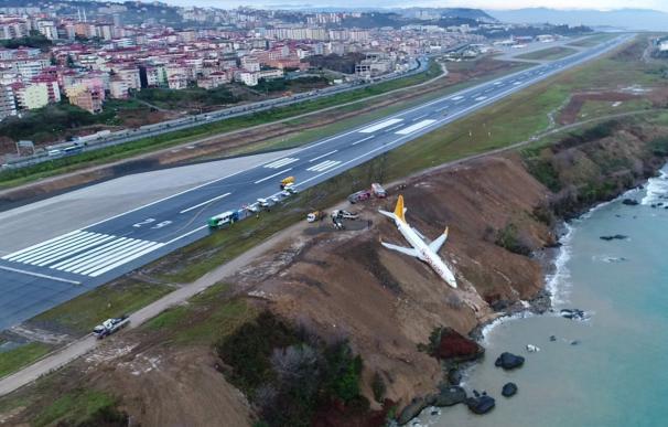 Un avión turco cae por una acantilado y no hay heridos