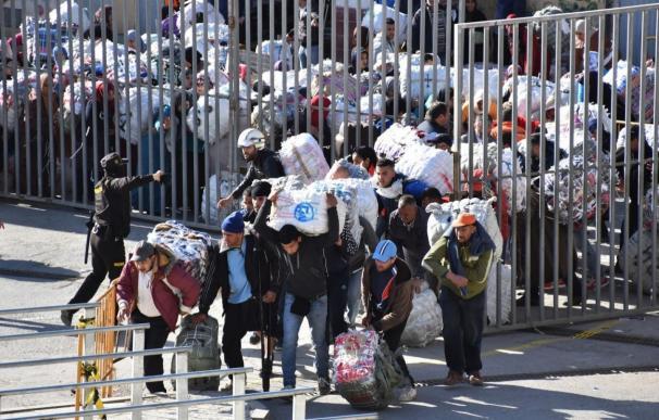 Porteadores entran por la frontera Tarajal II en Ceuta.