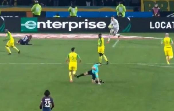 El momento en el que el colegiado lanza la patada contra el jugador del Nantes