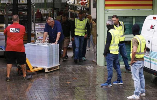 La Guardia Civil interviene cerca de 100.000 carteles de publicidad del referéndum en una nave industrial de la empresa Marc Martí. EFE ALEJANDRO GARCÍA