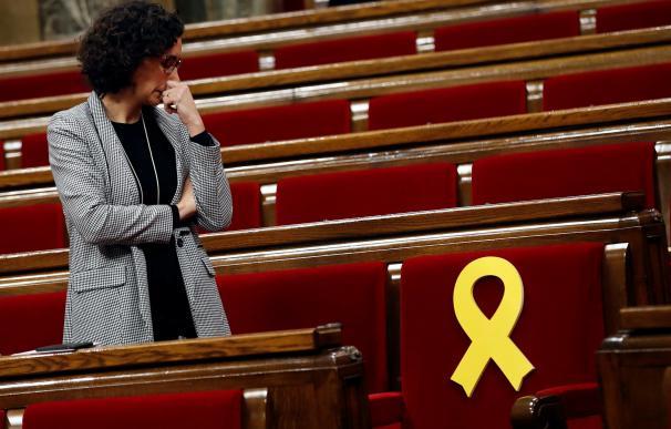 La secretaria general de ERC, Marta Rovira, observa el escaño de Oriol Junqueras