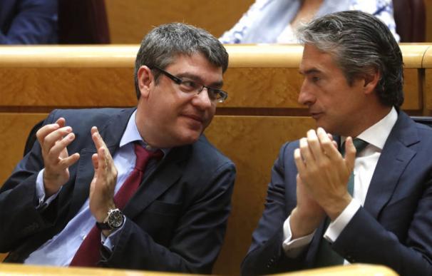 Los ministros Álvaro Nadal e Íñigo de la Serna en el Senado.