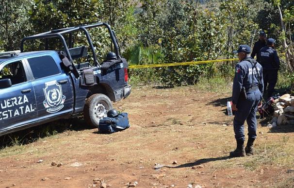 Autoridades mexicanas durante otra operación de exhumación