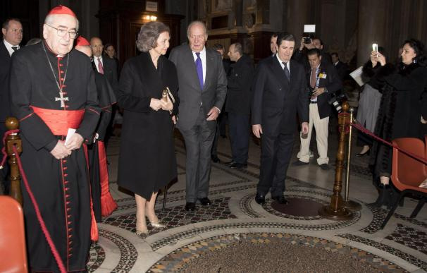 Los reyes eméritos, Juan Carlos I y Sofía, junto a Borja Prado Eulate, Presidente de Endesa, acuden a la inauguración de la nueva iluminación de la Basílica de Santa María la Mayor (EFE)