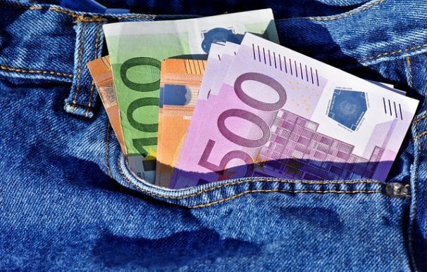 Fotografía de dinero en el bolsillo.