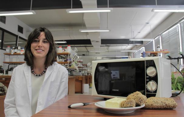 Una alumna de la UGR patenta un cuchillo para cortar la mantequilla que puede calentarse en el microondas