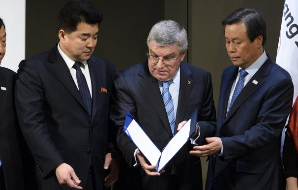 El presidente del Comité Olímpico de Corea del Norte y ministro de deportes, Kim Il Guk, el presidente del Comité Olímpico Internacional (COI), Thomas Bach, y el ministro de Deportes de Corea del Sur, Do Jong-hwan (EFE/EPA/LAURENT GILLIERON)