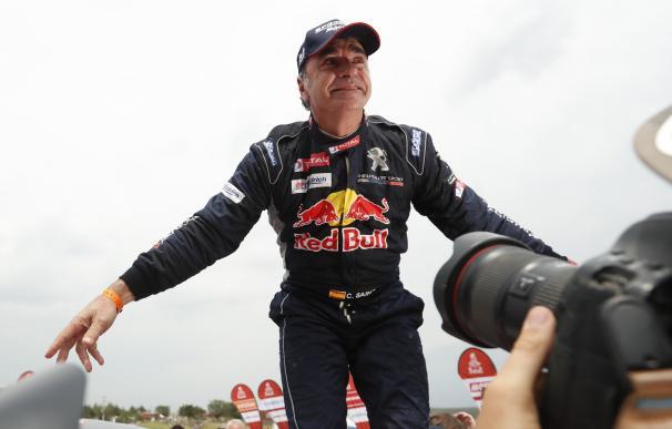 l español Carlos Sainz (Peugeot) celebra luego de ganar el Dakar 2018 hoy, sábado 20 de enero de 2018, al terminar el rally con más de 43 minutos de ventaja sobre el catarí Nasser Al-Attiyah (Toyota) EFE/David Fernández