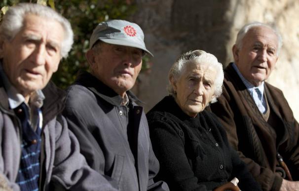 Ancianos sentados en una plaza pública. EFE