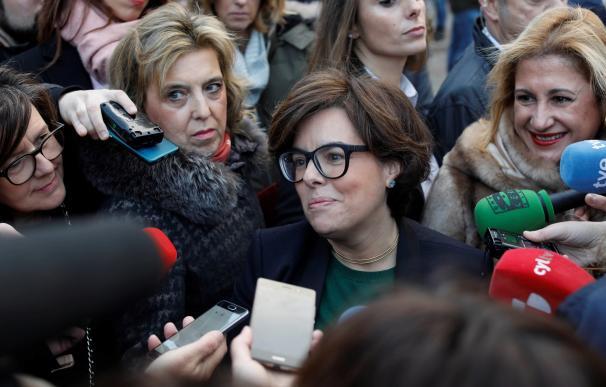 Soraya Saénz de Santamaría atiende a los medios