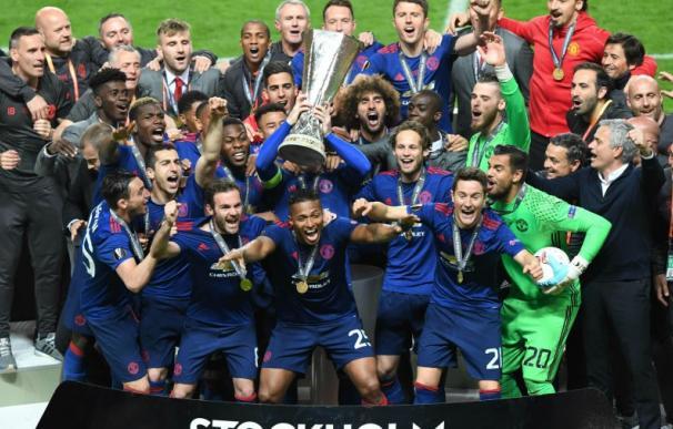 Fotografía del Manchester United tras ganar la Europa League.
