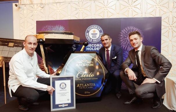 Fotografía del récord Guinness de la lata de caviar más grande del mundo del Hotel Atlantis The Palm.