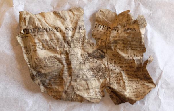 Fotografía del fragmento del Evening Standard de 1889 encontrado en el palacio de Buckingham.