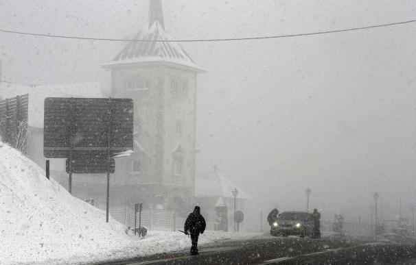 Imagen de archivo de una nevada en el puerto de Pajares | EFE