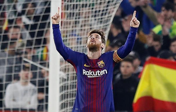 El delantero argentino del FC Barcelona, Leo Messi, celebra el segundo gol del equipo blaugrana durante el encuentro correspondiente a la jornada 20 de primera división que disputan esta noche frente al Betis en el estadio Villamarín de Sevilla. EFE