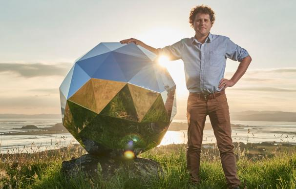 El CEO y fundador de Rocket Lab, Peter Beck, junto a su estrella / Rocket Lab