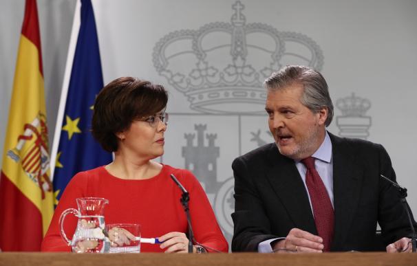 La vicepresidenta del Gobierno, Soraya Sáenz de Santamaría, y el portavoz del Ejecutivo, Íñigo Méndez de Vigo, durante la rueda de prensa