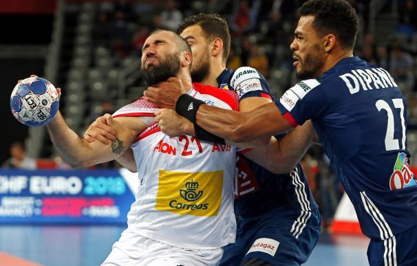 La presión del francés Adrien Dipanda (dcha), en el encuentro de semifinal del Campeonato Europeo de Balonmano . EFE/ Georgi Licovski