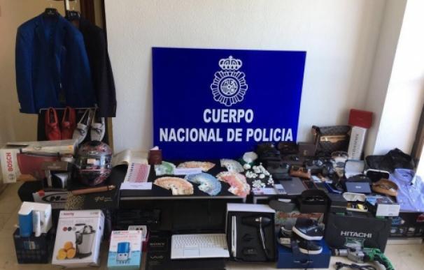 Parte del material y la moneda falsa incautada a la banda (Foto: Policía)