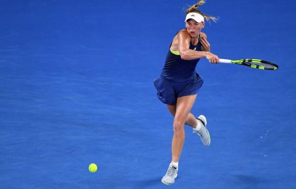 Caroline Wozniacki en acción durante la final contra Simona Halep en Melbourne (EFE / EPA / JULIAN SMITH)