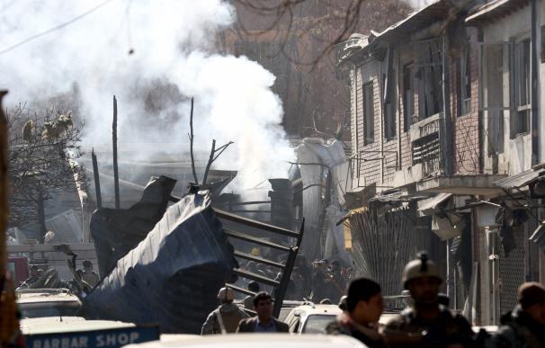 Una columna de humo emerge de la escena del atentado suicida con bomba en Kabul (Afganistán), el 27 de enero de 2018. EFE / EPA / HEDAYATULLAH AMID